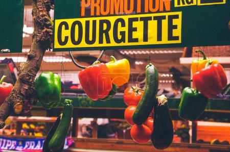 Photo pour Rue Montorgueil est un marché au milieu de Paris, une rue pleine de magasins et restaurants, Paris, France - image libre de droit
