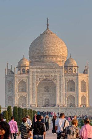 Photo pour AGRA, INDE - 5 MARS 2018 : Les touristes voyagent, explorent et admirent le célèbre Taj Mahal - image libre de droit