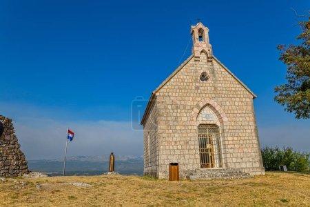 Photo pour Petite église et statue de Notre-Dame de Sinj sur la colline au-dessus de la ville Sinj en Croatie, Europe . - image libre de droit