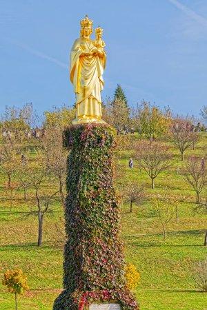 Photo pour Marija Bistrica, Croatie - 21 octobre 2017 La Sainte Vierge Marie avec la statue de l'Enfant Jésus dans le sanctuaire marial de la Vierge Noire qui est un lieu de pèlerinage. - image libre de droit