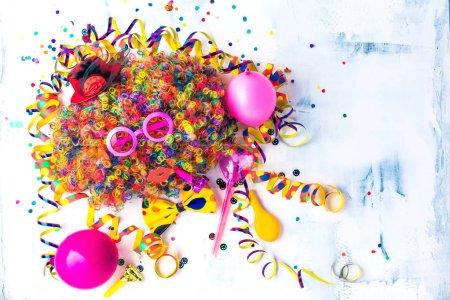 Cadre anniversaire coloré avec des Articles de fête sur fond de Pierre