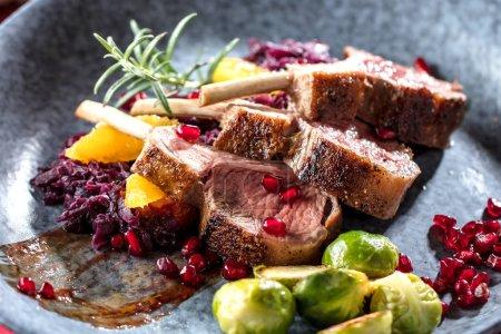 Photo pour Côtes d'agneau rôties sur la table - image libre de droit