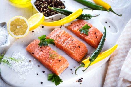 Photo pour Filet de saumon cru frais aux herbes aromatiques épices - image libre de droit