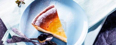 Photo pour Gâteau au fromage maison sur table en bois bleu. Concentration sélective - image libre de droit