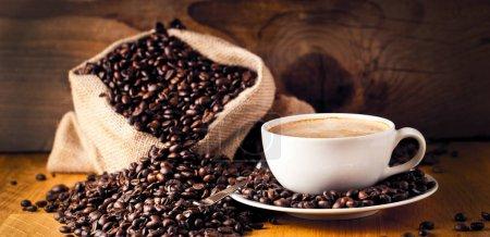 Photo pour Tasse de café et gâteau sur les grains de café. - image libre de droit