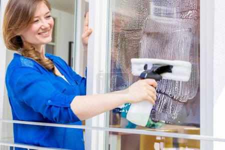Photo pour Concept de nettoyage. Jeune femme lave-vitre, gros plan - image libre de droit