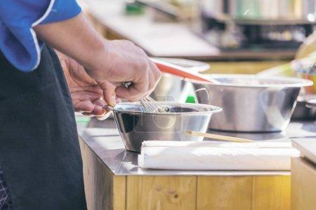 Photo pour Chefs au travail dans une cuisine de restaurant faire de délicieux aliments - image libre de droit