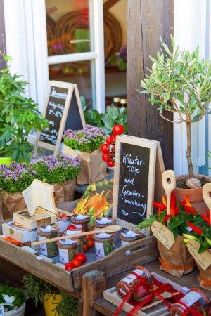 Photo pour Tableaux noirs avec inscriptions et belles plantes en pot dans la boutique de fleurs - image libre de droit