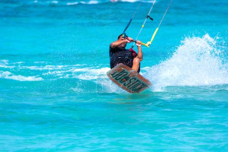 Foto de Kiteboarder kitesurfer atleta realizar kitesurf kitesurf trucos de kitesurf unhoocked - Imagen libre de derechos