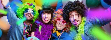 Photo pour Party People célébrant le carnaval ou le nouvel an au club du parti - image libre de droit