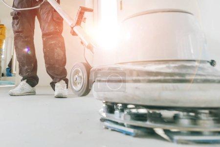 Foto de Rodajas de roble barnizado hombre suelo de parquet de roble con herramienta. - Imagen libre de derechos