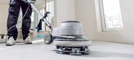 Foto de Tiro recortado de hombre barnizado suelo de parquet de roble con herramienta - Imagen libre de derechos