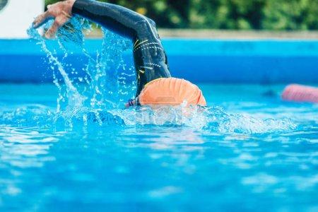 Photo pour Professionnel sportif d'âge moyen nageant dans la piscine - image libre de droit