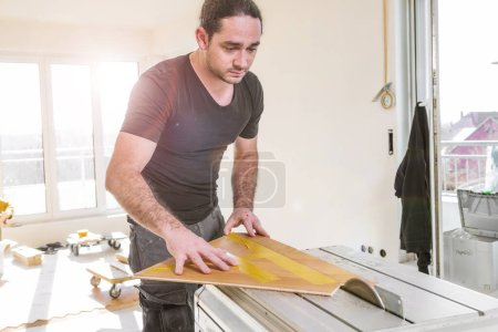 Foto de Hombre instalación de piso de madera durante la mejora del hogar - Imagen libre de derechos