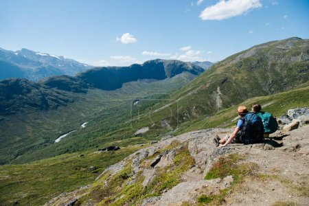 Photo pour Couple de randonneurs assis sur la crête Besseggen à Parc National de Jotunheimen, Norvège - image libre de droit