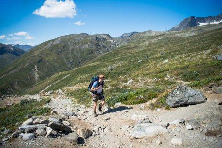 Photo pour Mâle voyageur randonnée sur la crête Besseggen à Parc National de Jotunheimen, Norvège - image libre de droit