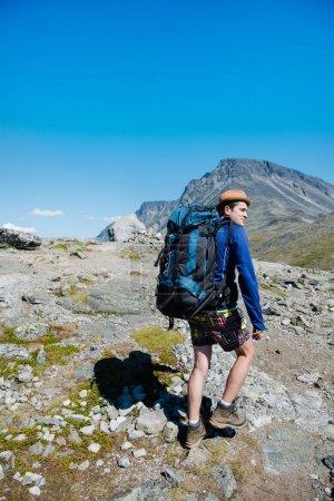 Photo pour Voyageur avec gros sac à dos de randonnée sur la crête Besseggen à Parc National de Jotunheimen, Norvège - image libre de droit