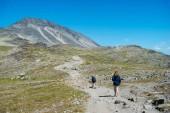 """Постер, картина, фотообои """"несколько туристов, ходить на пути на гряда Бессегген в Национальный парк Йотунхеймен, Норвегия"""""""