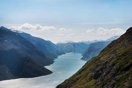 Photo pour Vue aérienne de la crête de Besseggen sur le lac Gjende dans le parc national de Jotunheimen, Norvège - image libre de droit