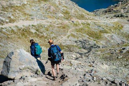 Photo pour Couple sur les voyageurs randonnée sur Besseggen crête dans le parc national de Jotunheimen, Norvège - image libre de droit