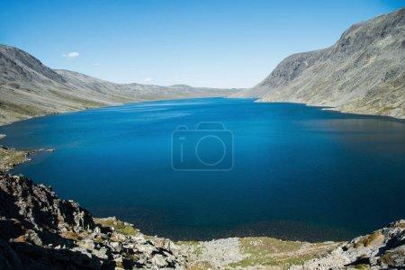Photo pour Majestueux lac bleu de Gjende, crête de Besseggen, parc national de Jotunheimen, Norvège - image libre de droit