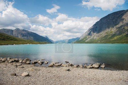 Photo pour Paysage estival avec lac de Gjende, crête de Besseggen, parc national de Jotunheimen, Norvège - image libre de droit