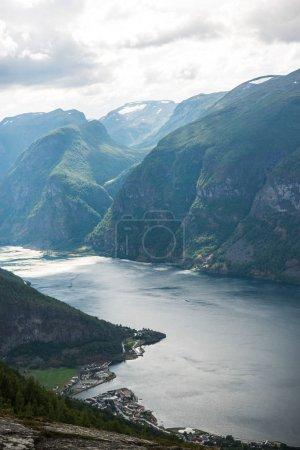 Photo pour Paysage avec la mer et l'Aurlandsfjord, du point de vue, Aurland, Norvège - image libre de droit