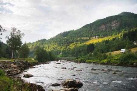 Photo pour Paysage pittoresque avec rivière de montagne à Gudvangen, Neirofjord, Norvège - image libre de droit