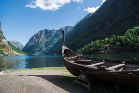 Photo pour Bateau près du lac et des montagnes de Gudvangen, Neirofjord, Norvège - image libre de droit