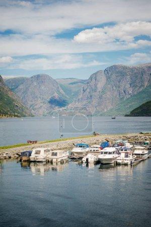 Photo pour Bateaux amarrés dans le port calme et superbe paysage de montagnes, Aurlandsfjord, Flam (Aurlandsfjorden), Norvège - image libre de droit