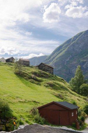 Photo pour Constructions en bois sur une colline verdoyante à Aurlandsfjord, Flam (Aurlandsfjorden), Norvège - image libre de droit