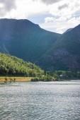 """Постер, картина, фотообои """"красивый тихий пейзаж с величественные горы и озеро в Норвегии"""""""