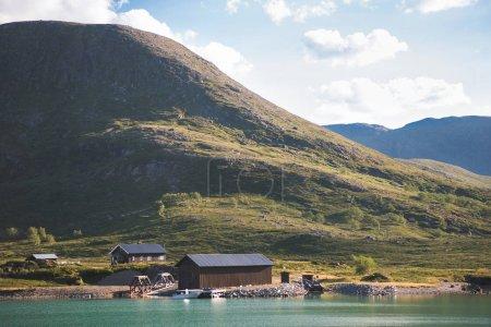Foto de Casas y el barco amarrado en el lago Gjende, canto de Besseggen, Parque Nacional de Jotunheimen, Noruega - Imagen libre de derechos