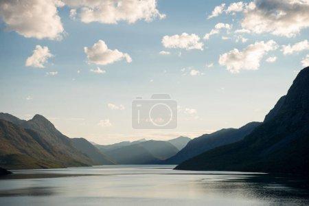 Photo pour Beau paysage tranquille au lac Gjende, crête Besseggen, Parc National de Jotunheimen, Norvège - image libre de droit