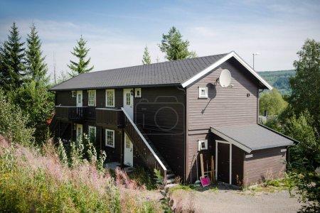 Photo pour TRYSIL, NORVÈGE - 26 JUILLET 2018 : maison de vacances dans la plus grande station de ski Trysil en Norvège - image libre de droit