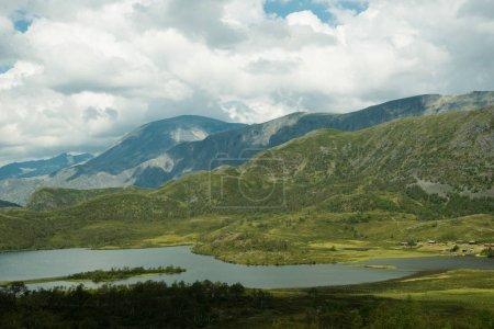 Photo pour Vue paysage sur la rivière et les montagnes avec ciel couvert, Parc national de Hallingskarvet, Norvège - image libre de droit