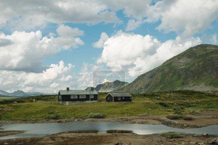 Photo pour Ciel nuageux et des bâtiments dans les hautes terres, Parc National de Hallingskarvet, Norvège - image libre de droit