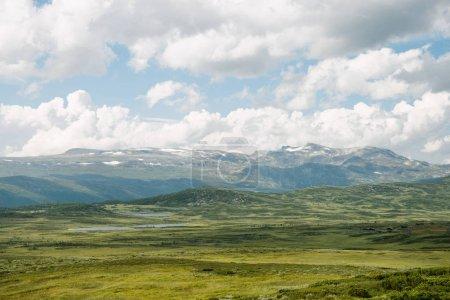 Photo pour Vue aérienne de la vallée verdoyante avec des montagnes et le ciel nuageux, Parc National de Hallingskarvet, Norvège - image libre de droit