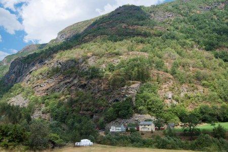 Photo pour Vue panoramique sur colline verdoyante avec bâtiments, Hamar, Hedmark, Norvège - image libre de droit