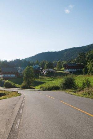 route menant par le biais de village avec des maisons de vie dans la plus grande station de ski de Trysil, Norvège