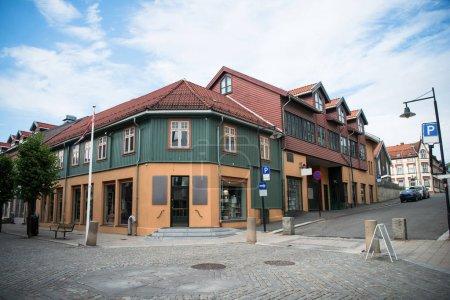 Photo pour Artère urbaine avec beau bâtiment, Hamar, Hedmark, Norvège - image libre de droit