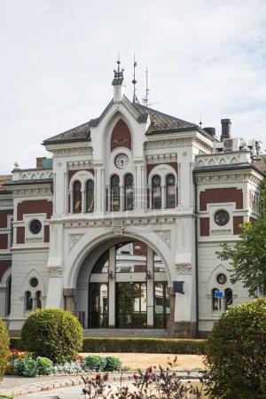Photo pour Vue panoramique sur la façade du bâtiment de Hamar station, Hedmark, Norvège - image libre de droit
