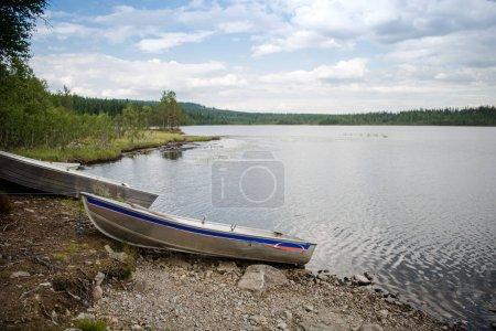 Photo pour Lac avec des bateaux amarrés en bois à Trysil, la plus grande station de ski de Norvège - image libre de droit