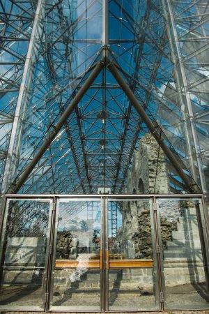 Photo pour Ruines de la cathédrale derrière à l'intérieur du bâtiment, Hamar, Hedmark, Norvège en verre - image libre de droit