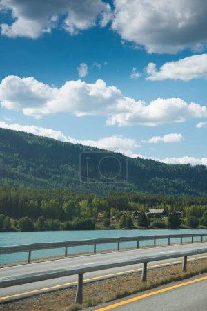 Photo pour Route près du lac et des montagnes de Hallingskarvet National park, Norvège - image libre de droit