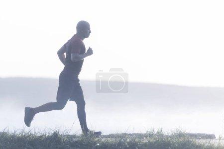 Photo pour Coureur actif en bonne santé faisant du jogging extérieur. Mode de vie sain - image libre de droit