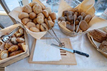 Photo pour Buffet de restauration à l'intérieur d'un restaurant de luxe avec des petits pains Loaf, Bun, Pretzel, - image libre de droit