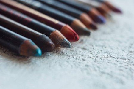 Photo pour Crayons cosmétiques pour l'application de maquillage sur le visage en gros plan. eye liner en macro sur fond flou. - image libre de droit