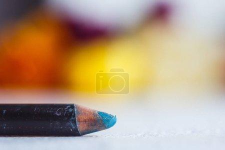 Photo pour Crayon cosmétique pour l'application de maquillage sur le visage en gros plan. eye liner en macro sur fond flou. - image libre de droit