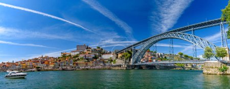Photo pour Panorama of the riverbank of Ribeira District and Dom Luis I Bridge in Porto, Portugal - image libre de droit